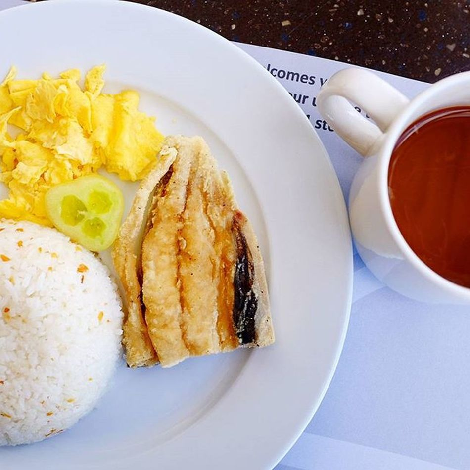 Bangsilog! Bangus (milkfish), sinangag (garlic fried rice), itlog (egg) with my fave Singaporean coffee (brewed coffee w/ condensed milk). Happy tummy! Hungrylittleasiangirl X100t X100tfujifilm