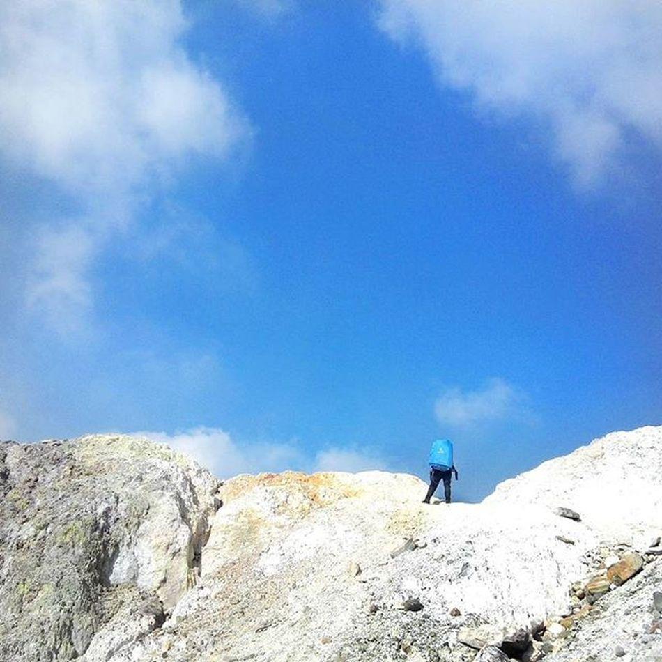 .sky wanderer. 14wayspapandayan . . . . . Id_pendaki Instanusantara Vscogrid Vscovisuals Minimalpeople Jj_tinypeeps Livefolkindonesia Akujalanjalanloh Passionpassport