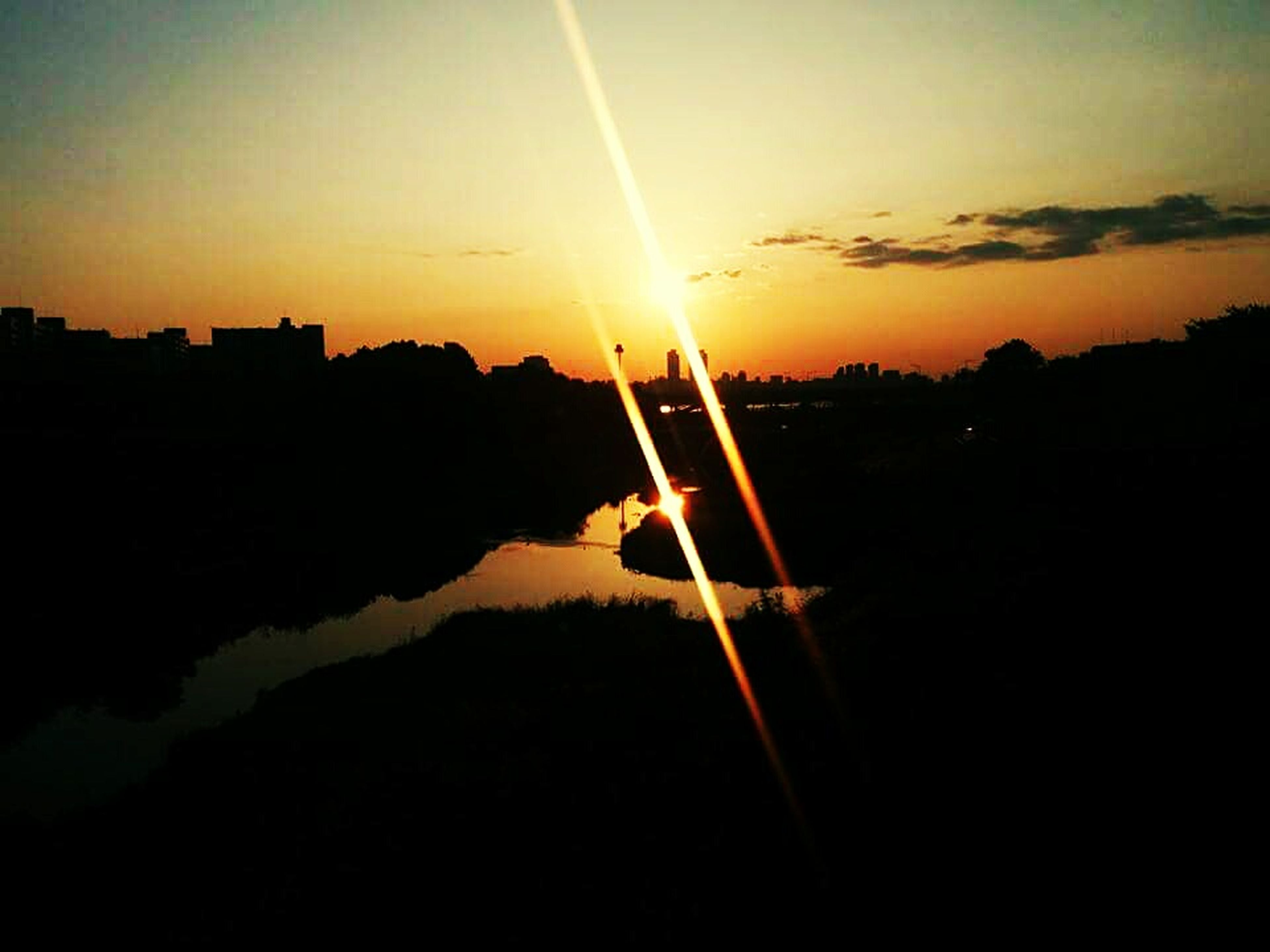 sunset, sun, silhouette, orange color, scenics, sky, beauty in nature, sunlight, tranquil scene, tranquility, sunbeam, lens flare, idyllic, water, nature, reflection, outdoors, romantic sky, back lit, bright