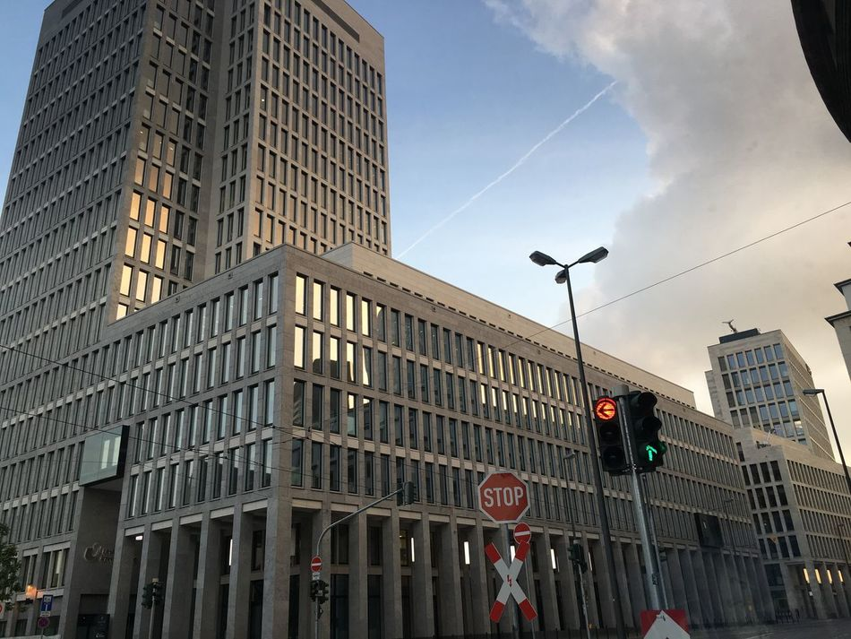 City Frankfurt Am Main Busy Rushour People Cars Crowded Bright Architecture Highbuilding Skyskraper Red Light Street Traffic Signal Office