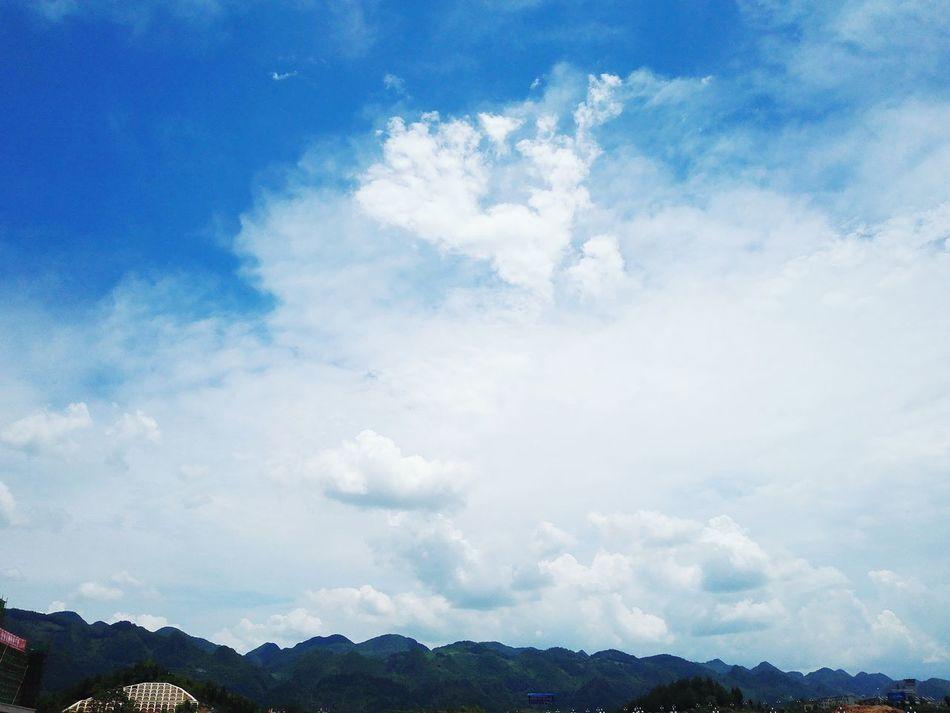 正午时分,灼热的阳光烘烤大地,仅仅只有几片白云