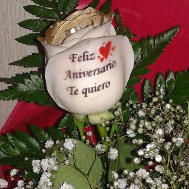 Rosaadomicilio con los petalos dorados y dedicatoria tatuada en el petalo, visitanos en www.graficflower.com y sorprendel@s