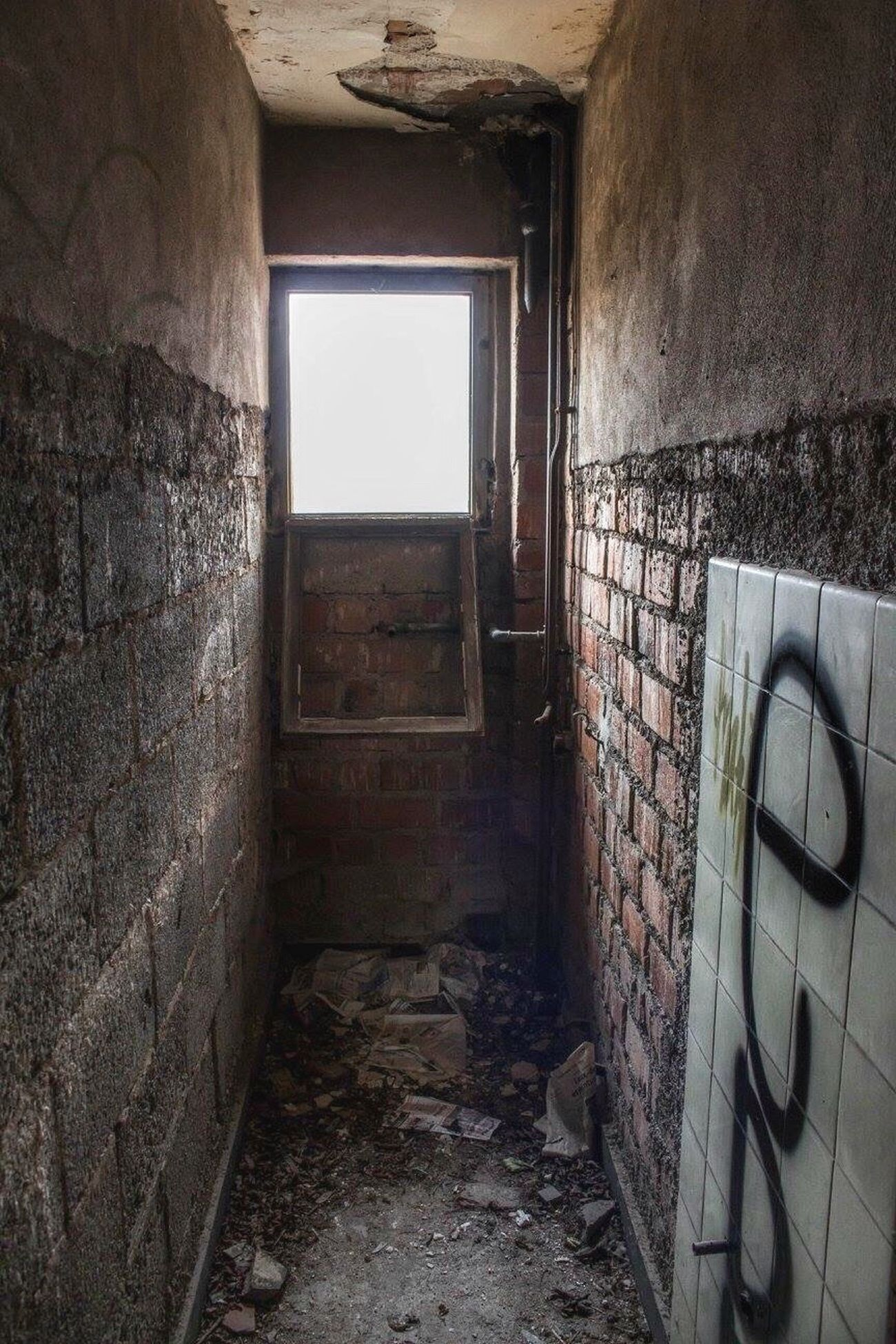 Where is the toilet?🤔 Window Abandoned Decay Beauty Of Decay EyeEm Abandoned Abandoned Hotel Lost Places Lostplaces Urbexphotography Built Structure Urbex Tadaa Community Canonphotography Abandoned Buildings Damaged