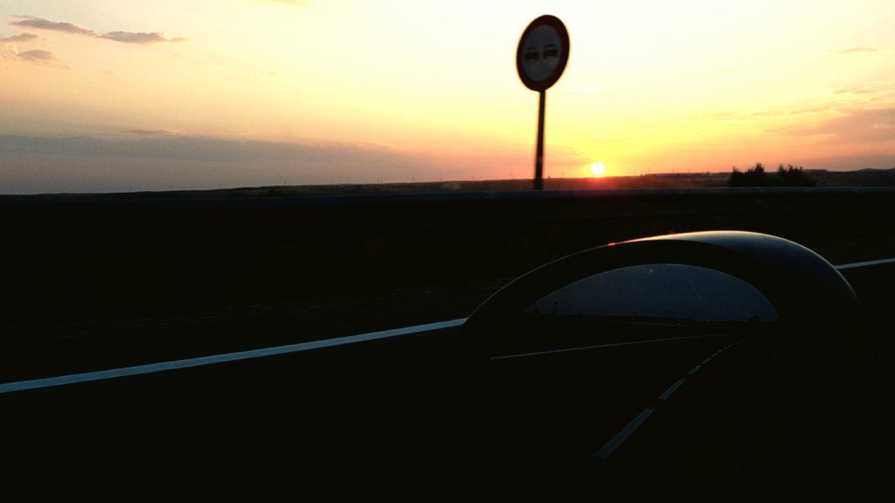 The Journey Is The Destination Rearviewmirror Sunset Driver Y ya sólo quiero mirar hacia adelante, vivir mil puestas de sol, quedarme con lo que es importante y nunca estar solo. Lo que muestre el retrovisor ahí quedará, a mis espaldas, no hay camino de vuelta a atrás. Y aunque el parabrisas se ensucie y se reduzca la visibilidad, seguiré mirando al frente y viviendo con humildad. Cogido de tu mano no existen imposibles, todo es más fácil y hay cientos de caminos visibles. Gracias por guiarme, por acompañarme en este camino. Espero que amarte eternamente sea mi destino. MiguelS.
