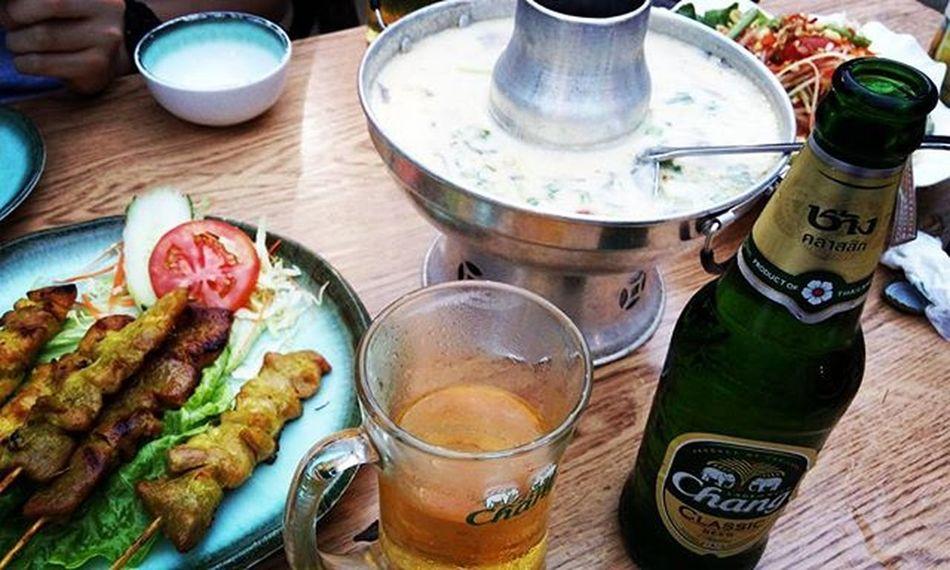 亭吉とタイ料理🌇 今宵も Beer Wine Coconutsoup 美味しすぎて美味しすぎて美味しすぎて 騒いだ LOL 串 Dinner Chang Deutschebeer Thailand Thaifood 帰りはお決まりの Icecream Eclair Dayoff 休日 蚊取り線香 夏 ですね Thursday Tungchung 香港