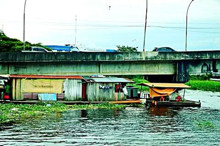 Floating House Living Under The Bridge Cityscapes Nikon D3200
