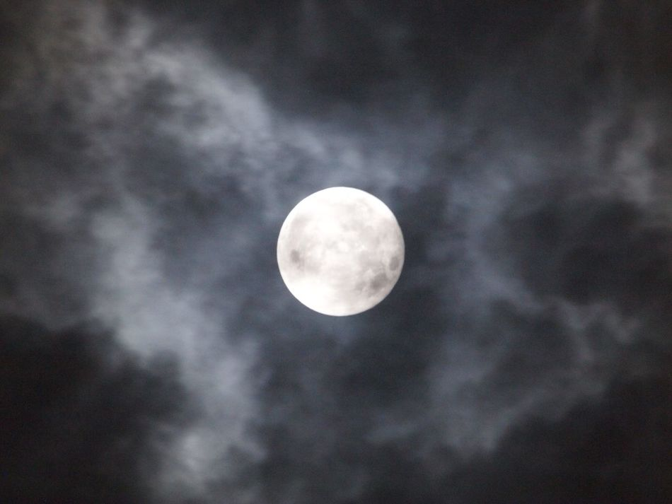 2015.09.29 スーパームーン 早い時間には晴れていたのに、こちらが撮れる時間になったら、雲がかなり出ていました。その中での撮影です。