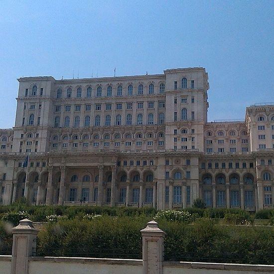 Najväčšia budova na svete to je tak polovica z nej a to som bol fest ďaleko ked som to fotil Verybig