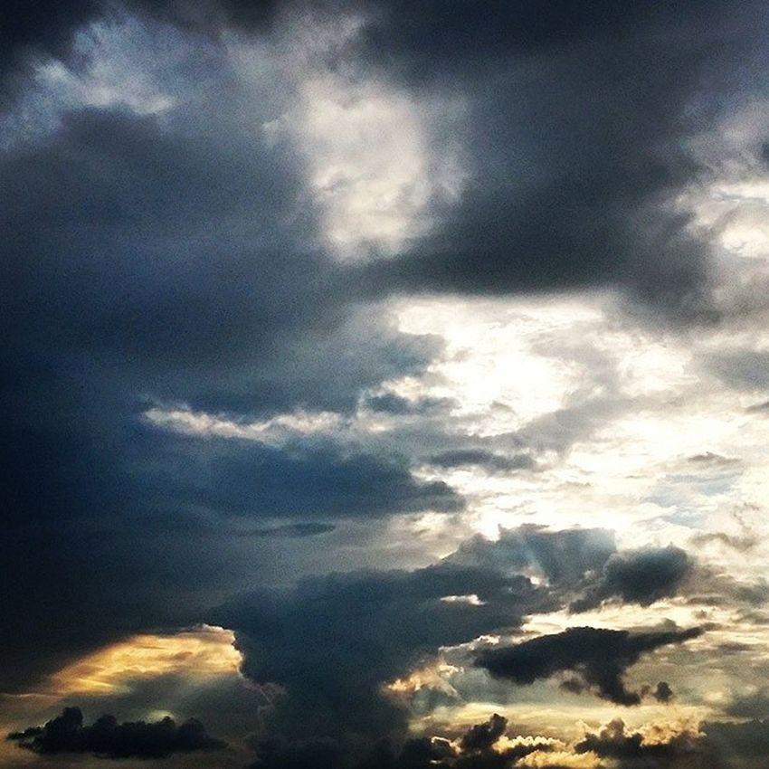 So, noch mal ein Himmelsbild von gestern. Weil ich es sehr facettenreich, beeindruckend und schön finde. Heaven Clouds Wolken Himmel Natur Gewitter Dunklewolken