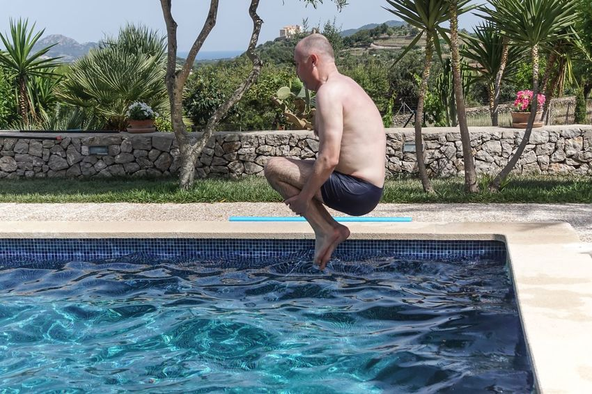 Arschbombe Casual Clothing Enjoyment Fun Fun Jump Jumping Leisure Activity Lifestyles Pool Relaxation Sky Spaß Splashing Spritzen Swimming Swimming Pool Tree Urlaub Vacations Water