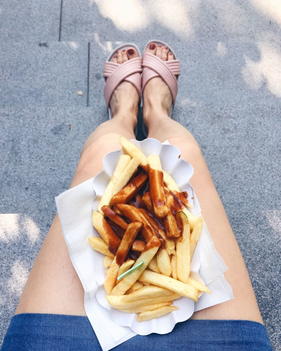 Freibad-Pommes ohne Freibad. Food And Drink Food Freshness Front View Person Ready-to-eat Day Outdoors Take Out Food Fast Food Meal Fries Lunch Summer Legs Sandals Pool Slides