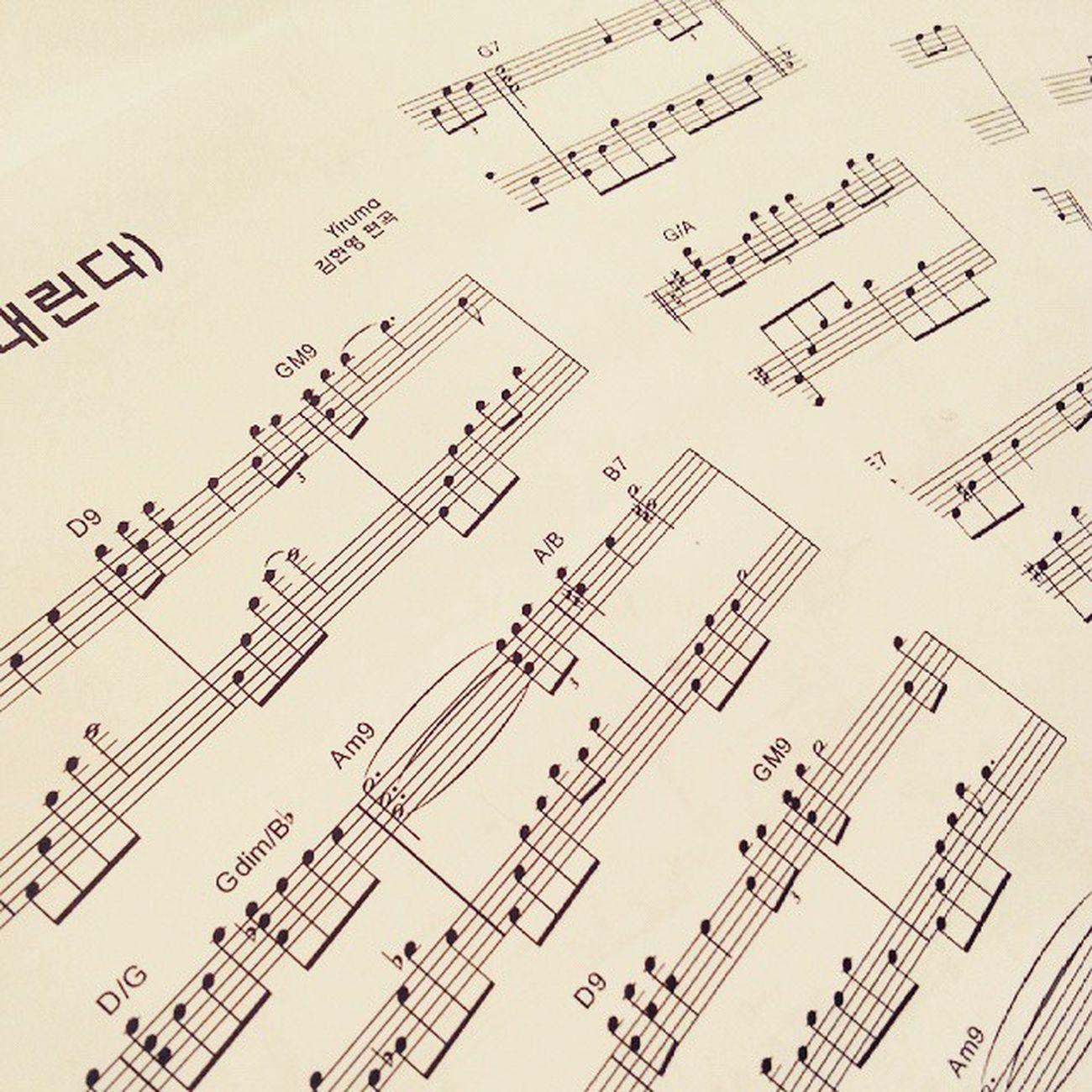 """Каждому нормальному музыканту для счастья надо: ноутбук , интернет и принтер . Это сейчас. Раньше Страх божий творился. Вот за это я люблю технический прогресс . На фото представлено: Yiruma """"Falling"""". 김현영 편곡 가을은 내린다 Music Notes Piano Solo Text Romanticpiano Newage музыка ноты фортепиано пианино текст нюэйдж ньюэйдж новаяэра"""