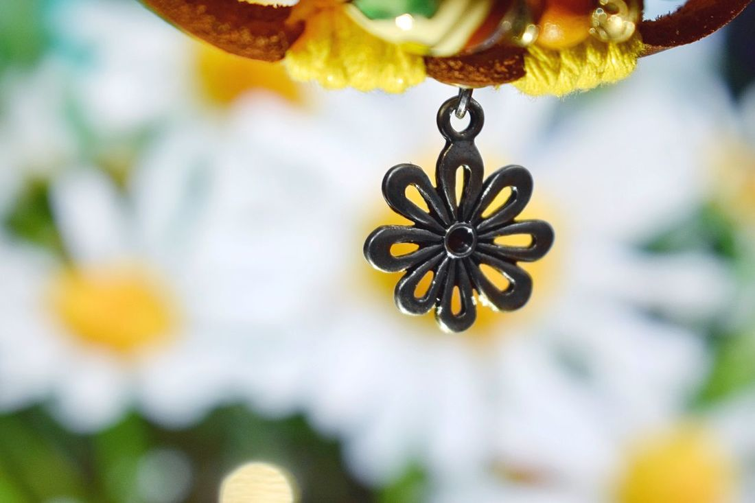 Focus Object Flower Close-up Nature Beauty In Nature Fragility Yellow No People Plant Flower Head Blooming Growth Outdoors Day Freshness Pendant Silver  Silver Pendant Flower Pendant Maximum Closeness Simple Things Simple Photography Blurred Background