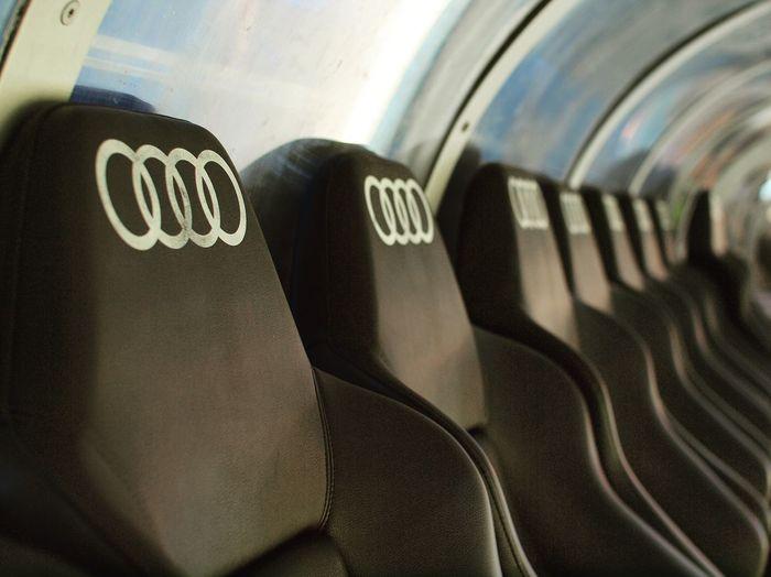 ベンチはアウディ サンチャゴベルナベウ レアルマドリード スタジアム Santiagobernabeu Realmadrid Bench Audi