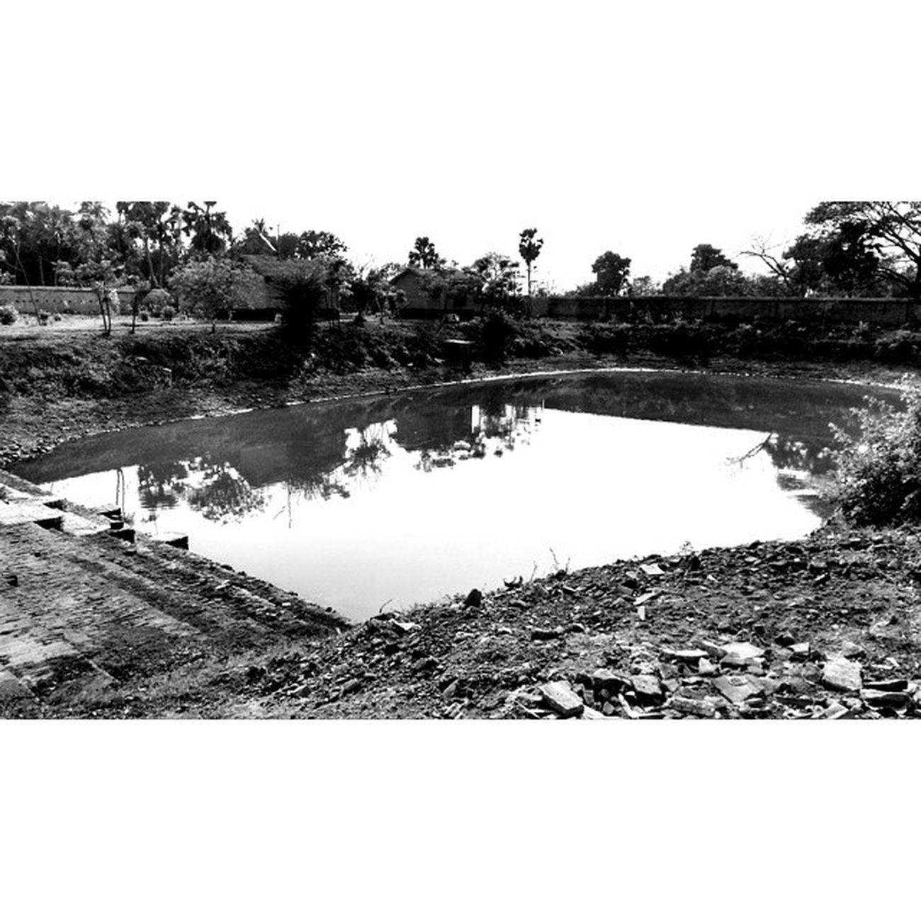 What lies behind the mansion???Heritagebuilding Weekendtrip RuralBengal ZamindarBari archaeology daytrip bagpacking itachunarajbari 📷🚂
