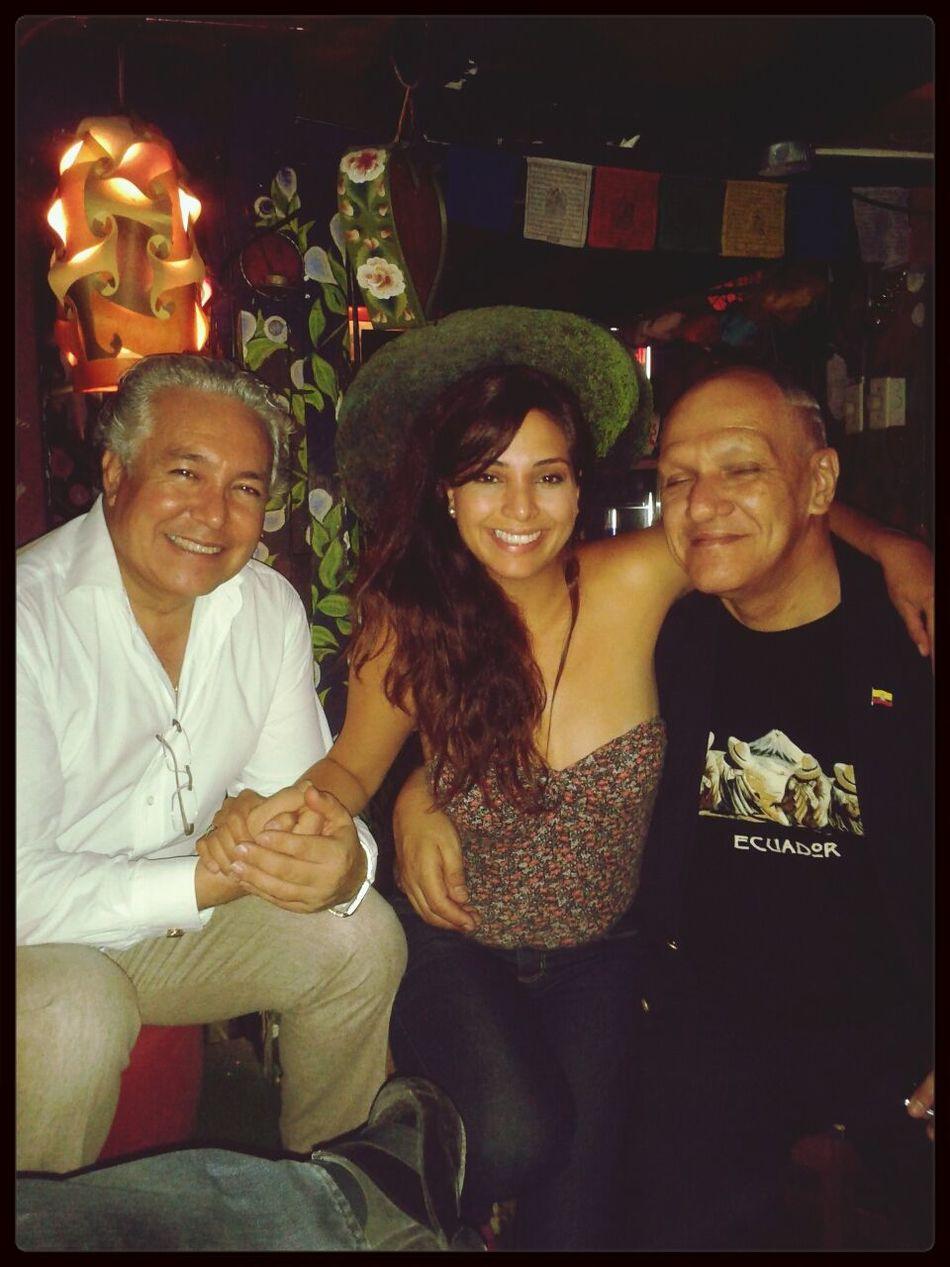 Con mis amigos Ernesto y Hugo guitarrista de la banda los Iracundos.