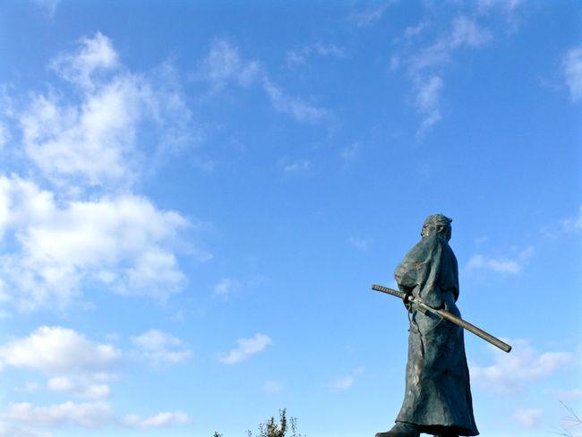 "Look at Nagasaki harbor ""Ryoma Sakamoto"" sculpture, Kazagashira Observatory. Nearly Kameyama-shachu Irabayashi Nagasaki City. V-LUX1 35mm Photos(iMac) edit de Good Morning 35mm F5.6 Atmospheric Mood Clouds And Sky January2016 Moody Sky One Fine Day Sakamoto Ryoma Sculpture SAMURAI BLUE のようなもの 坂本龍馬"