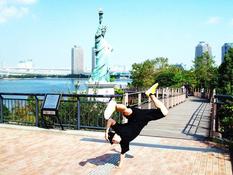 Alternative Fitness Tokyo Odaiba Liberty Statue Bboying Breaking Bboylife Chilling Bridge Japan Freeze Having Fun Freedom Hip Hop Bboy Planet