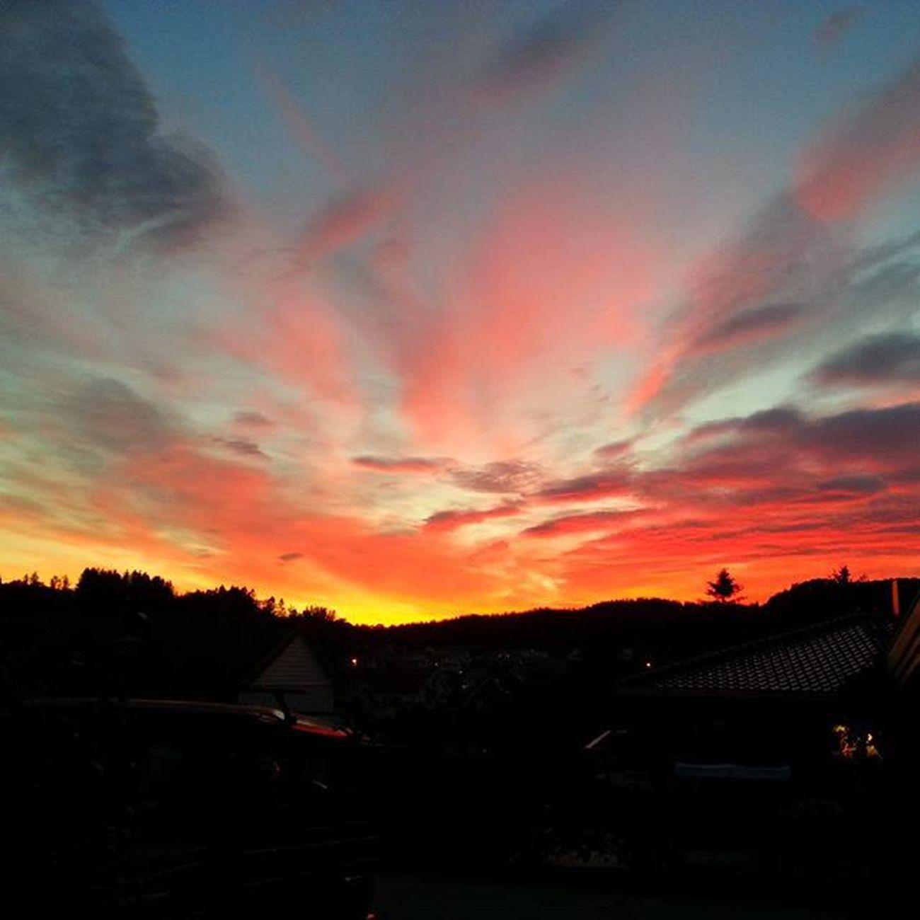 Cielo a medianoche en Noruega. Sin filtros ni historias. Espectacular. Norway Noruega Cielo MediaNoche