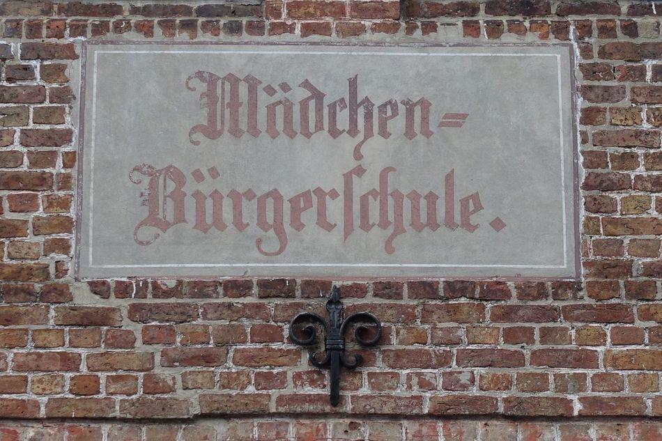 Alt Schule Altes Schild Hauswand Wall Backstein Wall Brick