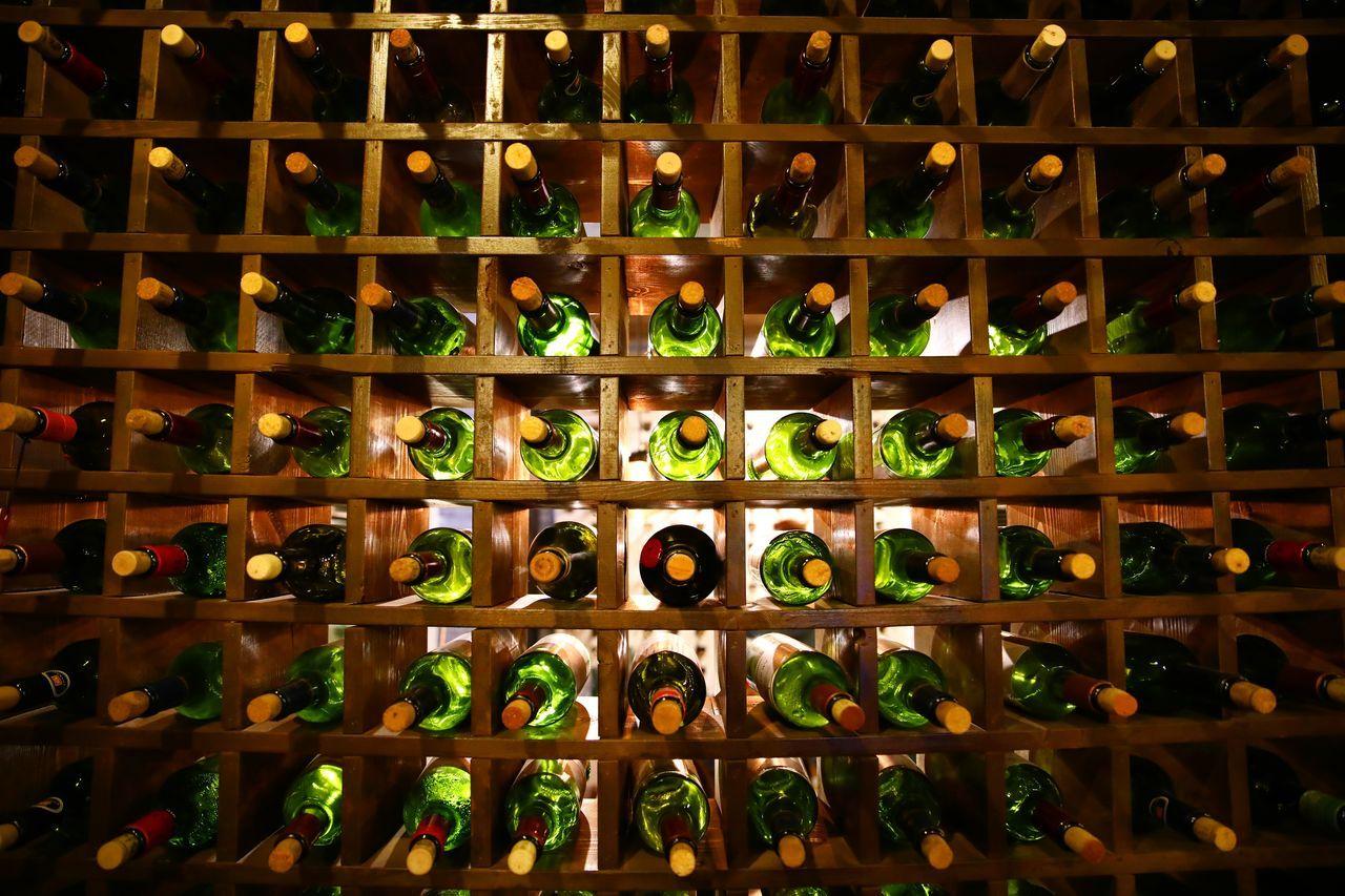 와인병벽 . . #하루한컷 #포천 #라빈느 #와인병 #벽 #5DMK4 #신계륵 EF2470f28LIIUSM In A Row Wine Bottle Alcohol Wine Bottle Food And Drink Wine Cellar Order Large Group Of Objects No People Drink Indoors  Winery Wine Rack Variation Shelf Nature Day