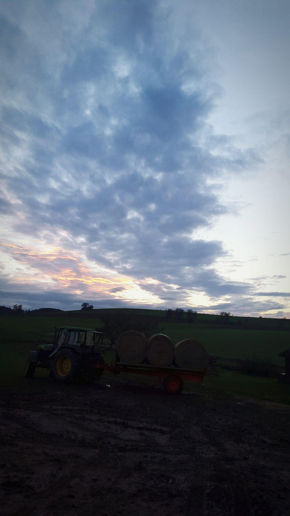 🌞🚜 Schlepper Traktor Bulldog Himmel Ballenfahren Genießen
