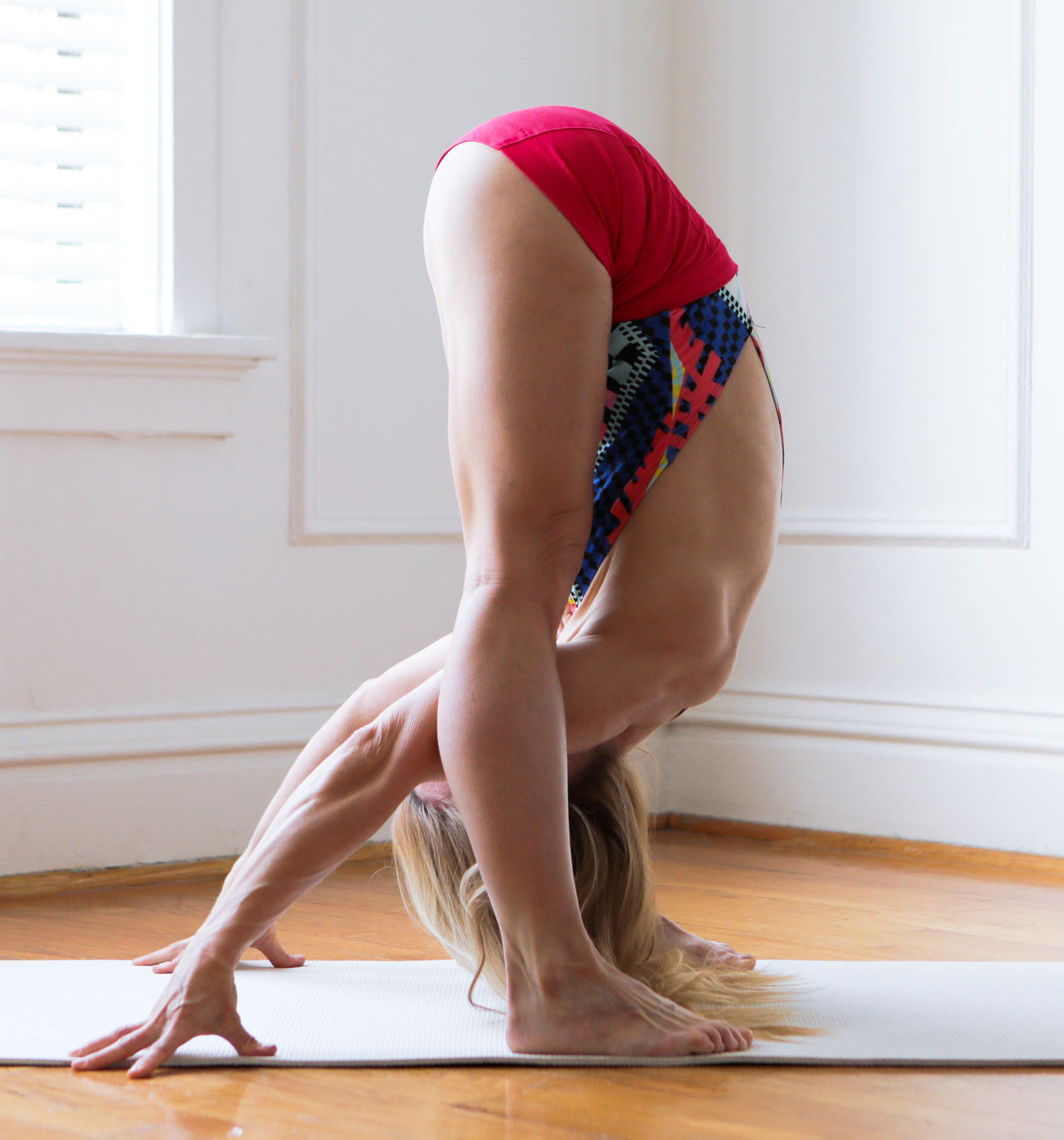 Adult Adults Only Ashtangayoga Back Barefoot Day Domestic Life Fitness Full Length Hardwood Floor Human Back Human Body Part Indoors  Lifestyles One Person People Rear View Yoga Yoga Pose