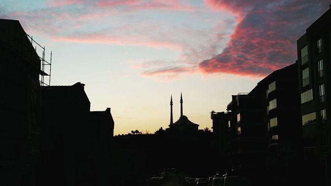 Gundogumundan, sehre yansimalar...Bursa Nilüfer Turkey Mosque Mervecami Europe Yansimalar Sun Sunrise Lights Clouds Clouds And Sky Alba Matin Huzur Hayat Sabah Bereketi Mattina Azure Azure Sky Fotography Fotografheryerde Detaylar Istanbul