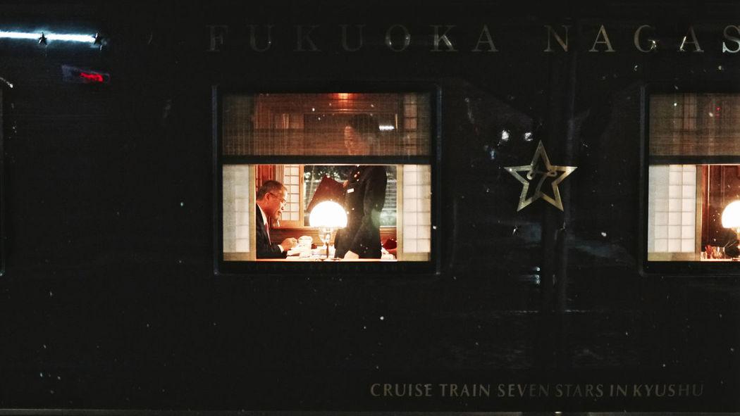 小津安二郎的 小津的 (OZU-Cho) JR KYUSHU TRAINS ななつ星in九州 : Around The Kyushu On the platform No3/4, Nagasaki Station. 23 January2016 before record‐breaking snowfall( 24 January in Nagasaki ) de Good Dreams Snap A Stranger 50mm F/1.4 Cinematic Illuminated Snapshots Of Life Light Snow Lowlightphotography Nightphotography No Flash On The Platform Train Eiji Mitooka+Don Design Associates 水戸岡デザイン CRUISE TRAIN / SEVEN STARS IN KYUSHU (NANATSU-BOSHI) Walking Around 長崎駅