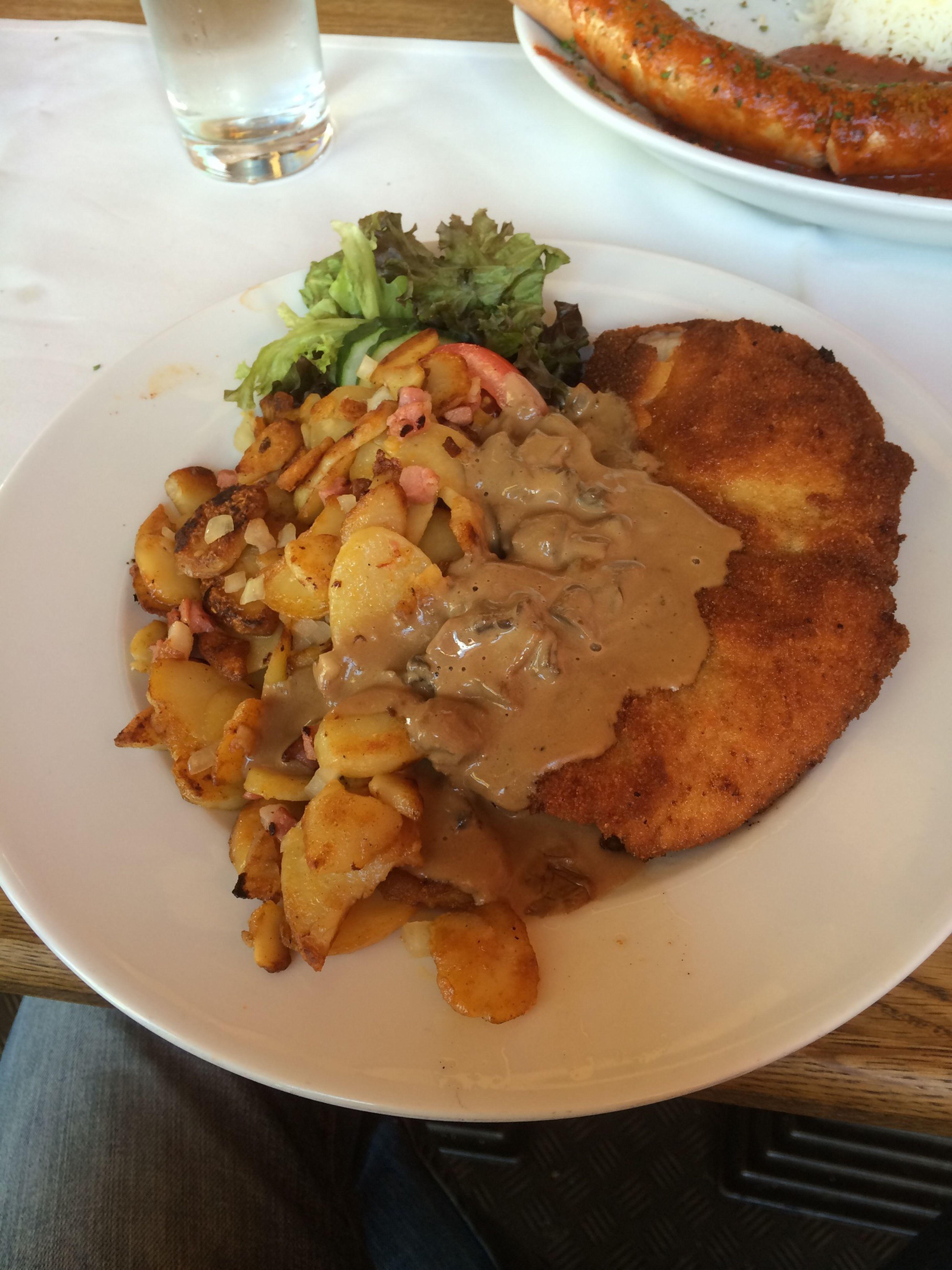 Lecker Schnitzel mit Bratkartoffeln Eating Berlin