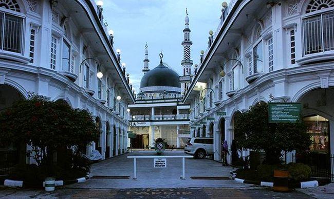 Mesjid Namira ialah mesjid yang di desing khusus, arsitektur bangunannya membuat kita berasa di turki. Mesjid ini terletak di depan UMRI atau di samping SKA, singgah lah sejenak untuk beribadah. @uigtr_2016 Uigtr2016 Instadream Bestinmycity Week1