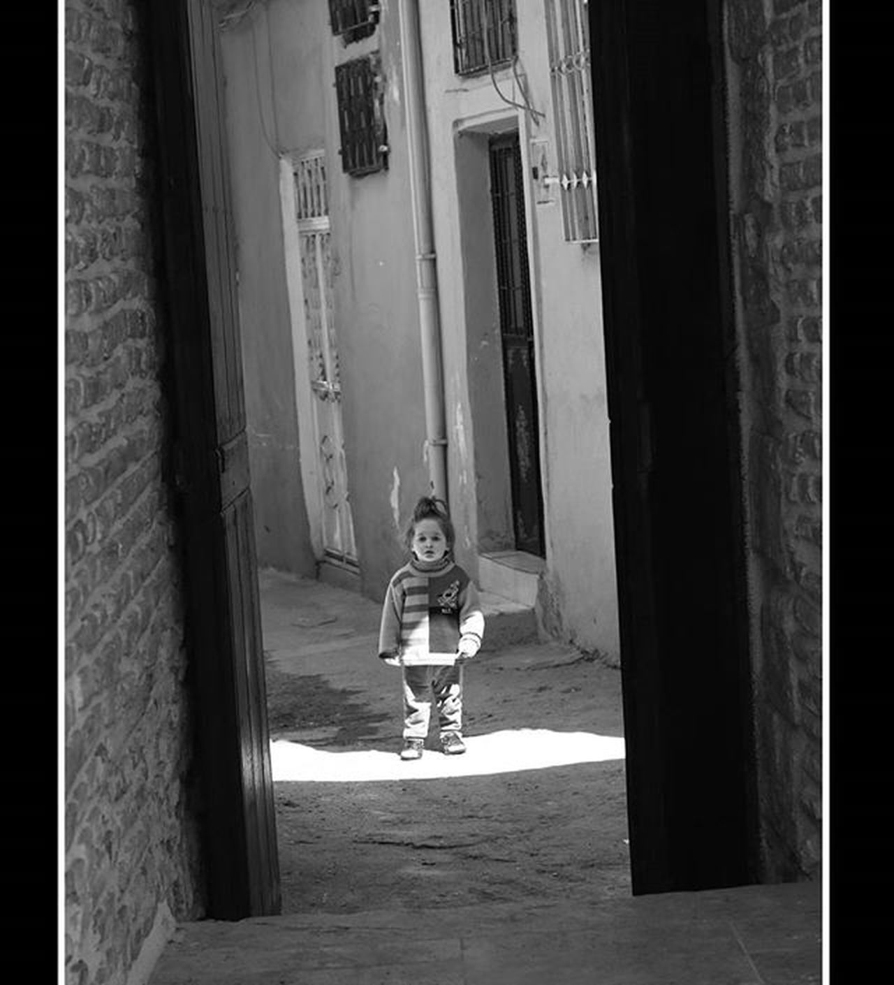 ne oluyor orada... çocuk Child Childhood Children Amateurphotography Amateurphotographer  Photographer Antakya Antakyasokakları Canon Canonphotography Canon70d Monochrome MonochromePhotography Siyahbeyazfoto Fotograf Streetphotography Photooftheday Bwphotography MyPicture MyPhotography Photobycanokkali Photographercanokkali