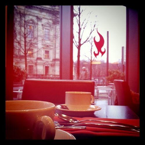 Frühstück im Schatten des Berliner Doms.