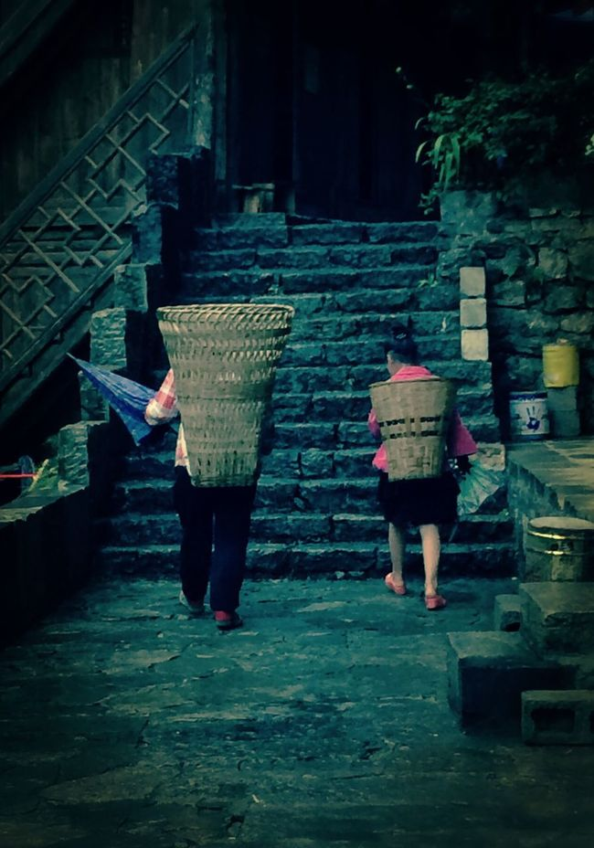 People Relaxing After The Rain 龚滩 Oldtown Old Buildings Traveling