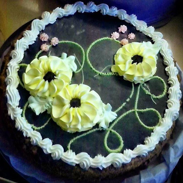 шоколадный_торт торт_с_кремом торт Еда Вкусняшка объедение цветы крем сладости Сладкое :)