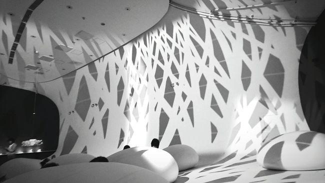光與影隨之起舞,彎曲的壁面成就了更多的驚喜,撇掉漏水的醜聞,其實這裡很美好!Blackandwhite About Life Art Gallery Interior Design Taking Photos Museum Hello World Enjoying The Sights What A Wonderful World Romantic Exhibition Amazing Architecture Beautuful Creation Light And Shadow