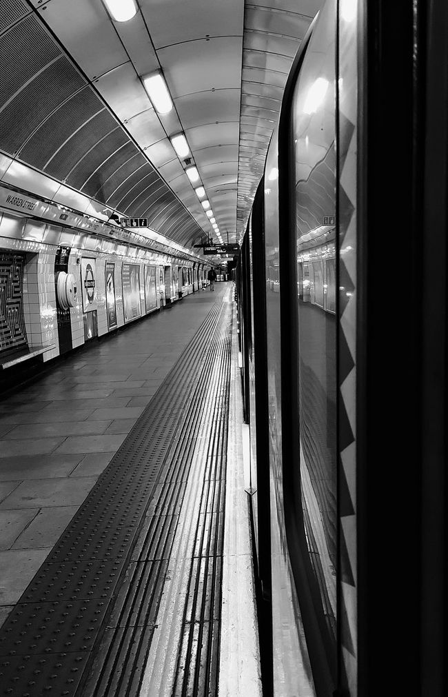 Hanging EyeEm Best Shots - Black + White Black&white From My Point Of View Black And White The Purist (no Edit, No Filter) Blackandwhite Photography AMPt_community EyeEm_crew London City Of London Notes From The Underground Urban Lifestyle Learn & Shoot: Simplicity