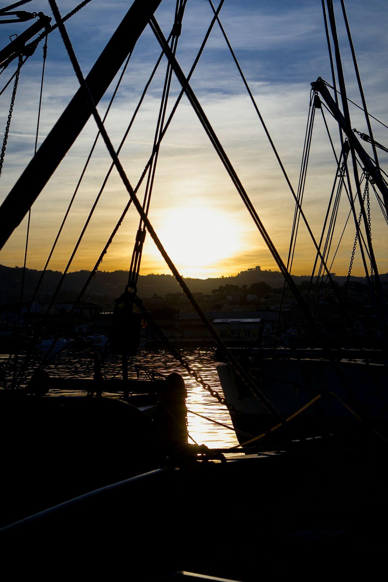 Il Porto. San Benedetto del Tronto Porto Italy Barche Pesca Amazing_captures Marcheforyou Marche Fotografia Sunset Lights Colours Viaggio Da Me Sanbenedettodeltronto Photography Travel Photography Sky_collection Sunset_collection