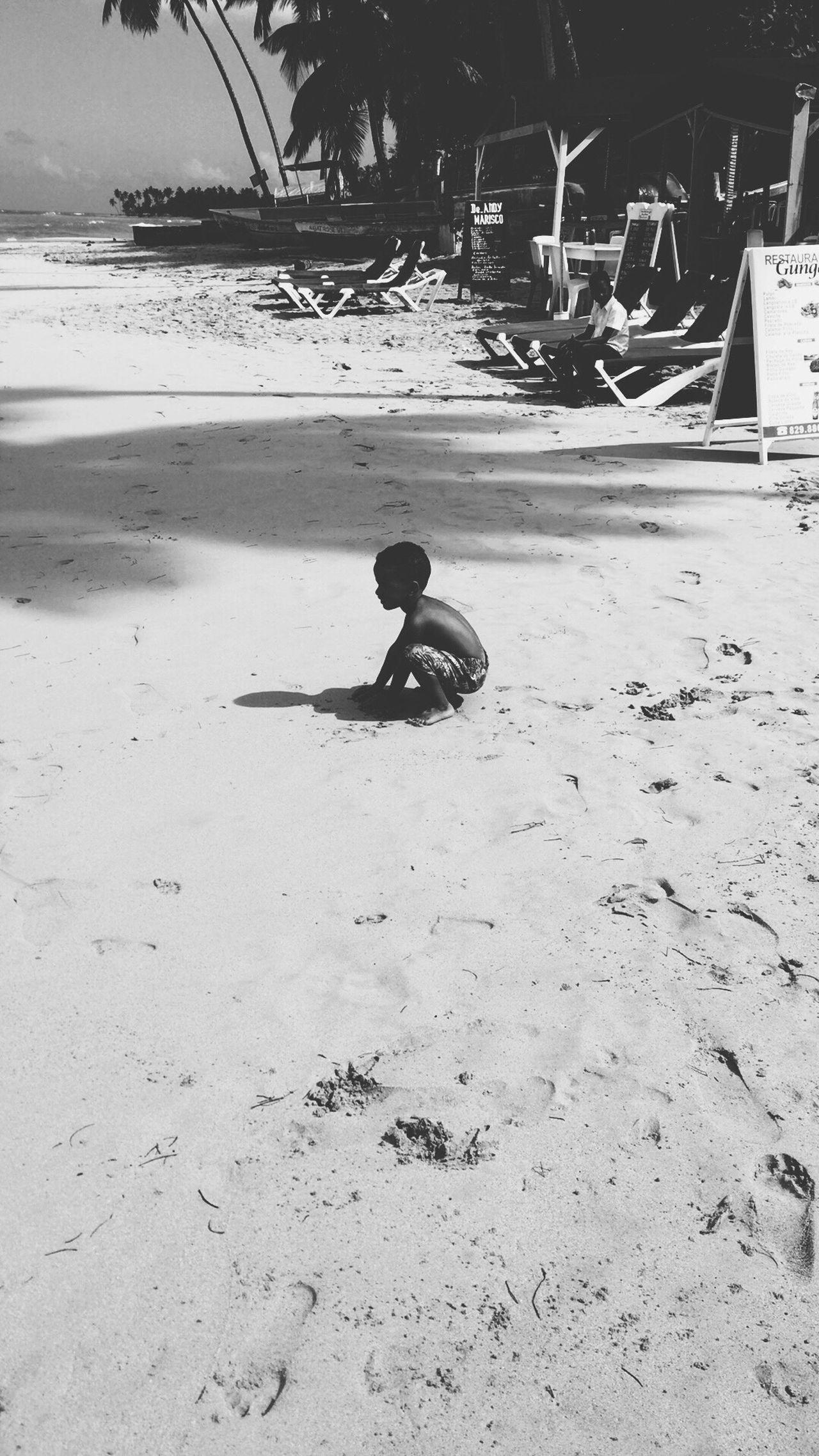 Kind Strand Schwarzweiß Junge Schatten Sand Meer Süss Klein Zufrieden Domenikanischerepublik Sweet Boy Happy Beachphotography Beach Ocean Fun First Eyeem Photo