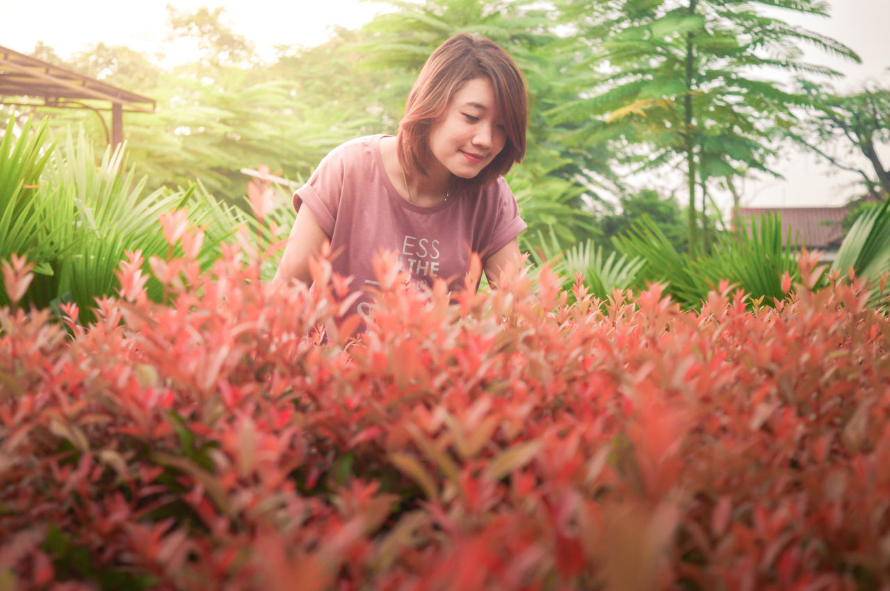 Flower Plant Smiling Young Adult Growth Only Women Agriculture Young Women Cheerful People Nature One Person Women Happiness Females Beauty In Nature BYOPaper! The Great Outdoors - 2017 EyeEm Awards Outdoor First Eyeem Photo Freshness Plant Growth Model