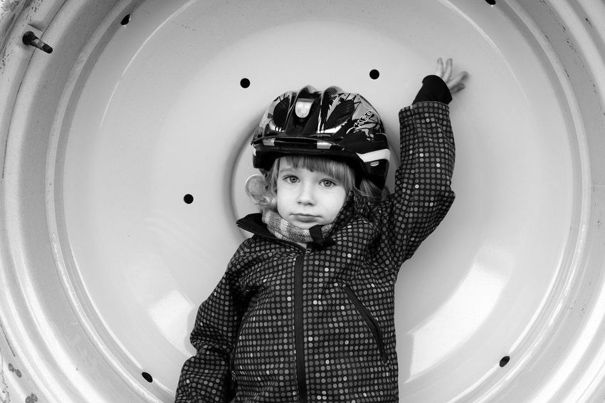 Blackandwhite Portrait Children Fujifilm X-E2 Raul am John Deere Traktorreifen