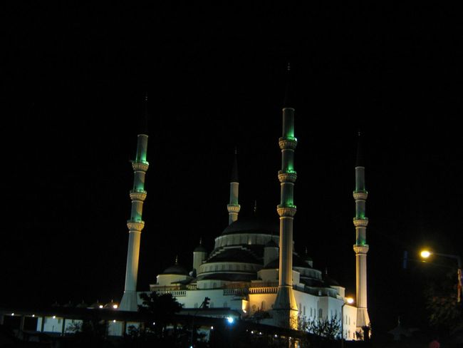Самая большая мечеть в Анкаре. Анкара турция ночной город свет и тень путешествия / The largest mosque in Ankara, Turkey. Night Photography Light And Shadow Traveling
