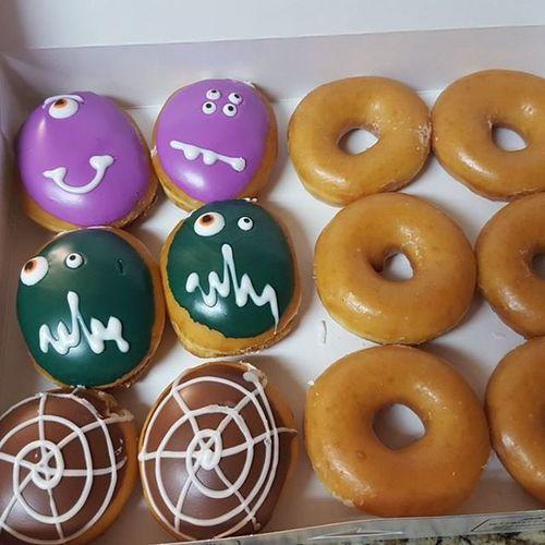 크리스피크림 할로윈 귀요미들 ㅋㅋ 리미티드래서 사왔는데 너무 귀여워 ㅋㅋ냄새 달달하다잉 KrispyKreme Halloween Donuts Socute 도넛 일상 데일리 또쳐먹냐 밥스타그램 이러니까살이찌지