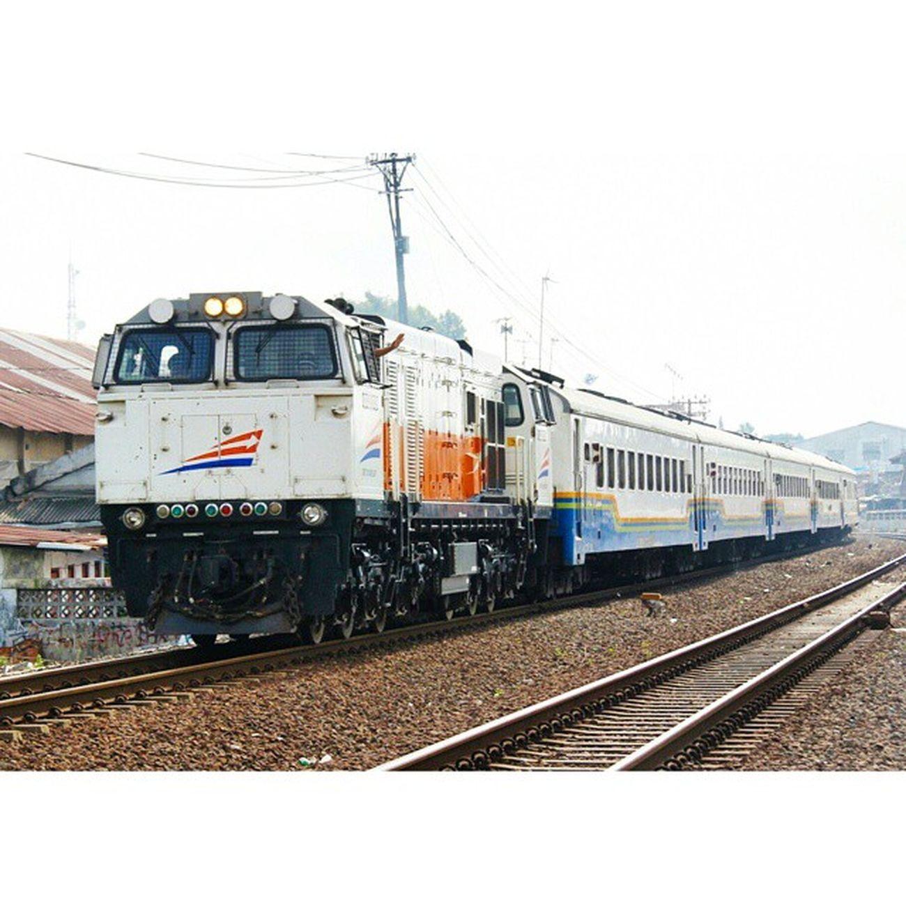 Stasiun Tugu Yogyakarta, lambaian tangan sang masinis @keretaapikita Railfans Railway Railwayphotography Rail spoor ptkai keretaapi yogyakarta keretaapikita EventInstaKAI Februari2