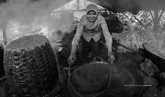 Streetphotography Streetphoto People Photography Peoplephotography Blackandwhite Blackandwhite Photography Woman Woman At Work Traditional Culture Sugarcane Sugarhouse Sugar