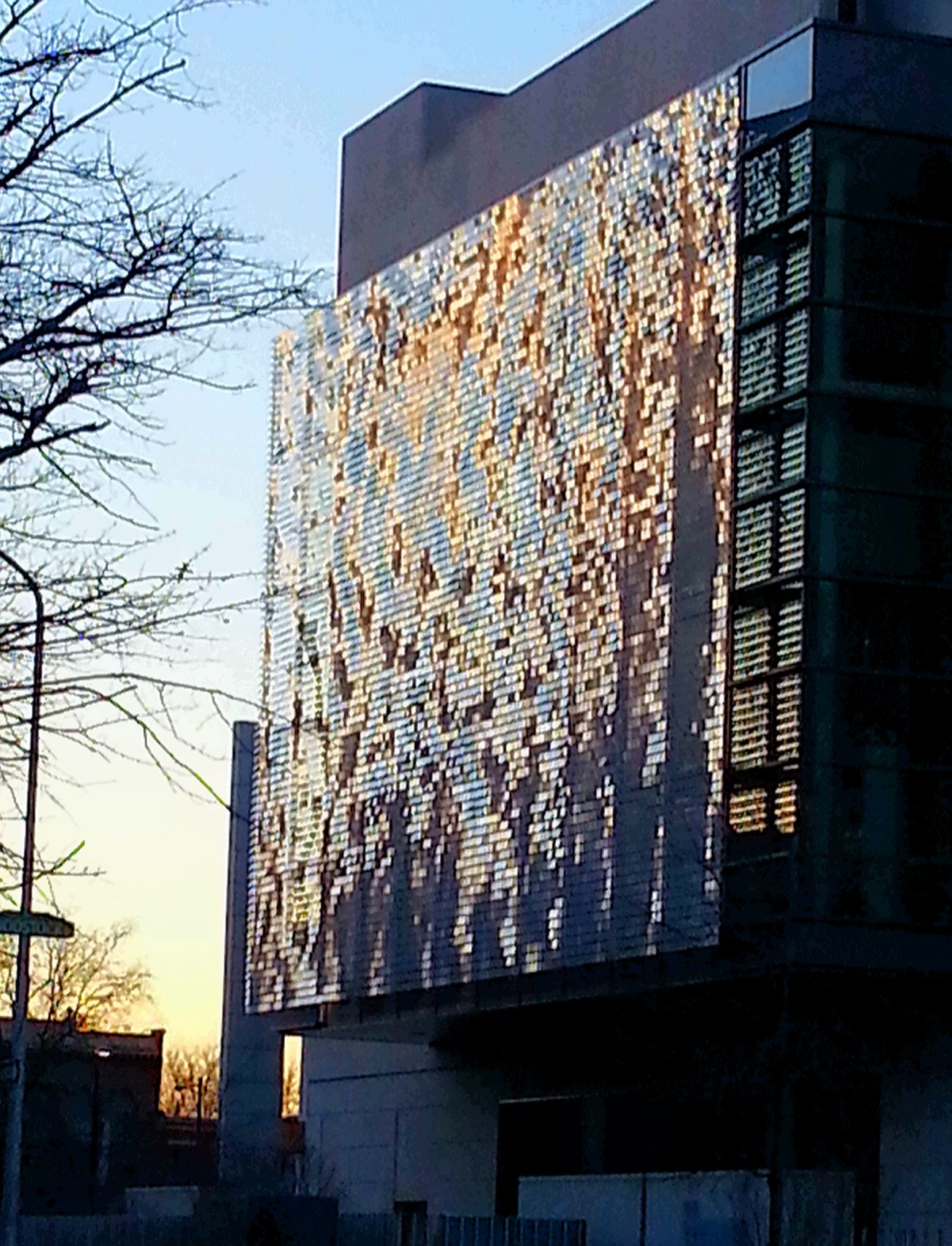 Kinetic shimmer wall by Ned Khan. Philadelphia Art Shimmer Radiate Aluminum Franklin Institute Changing Weather Structure Science And Art Undulating Waves
