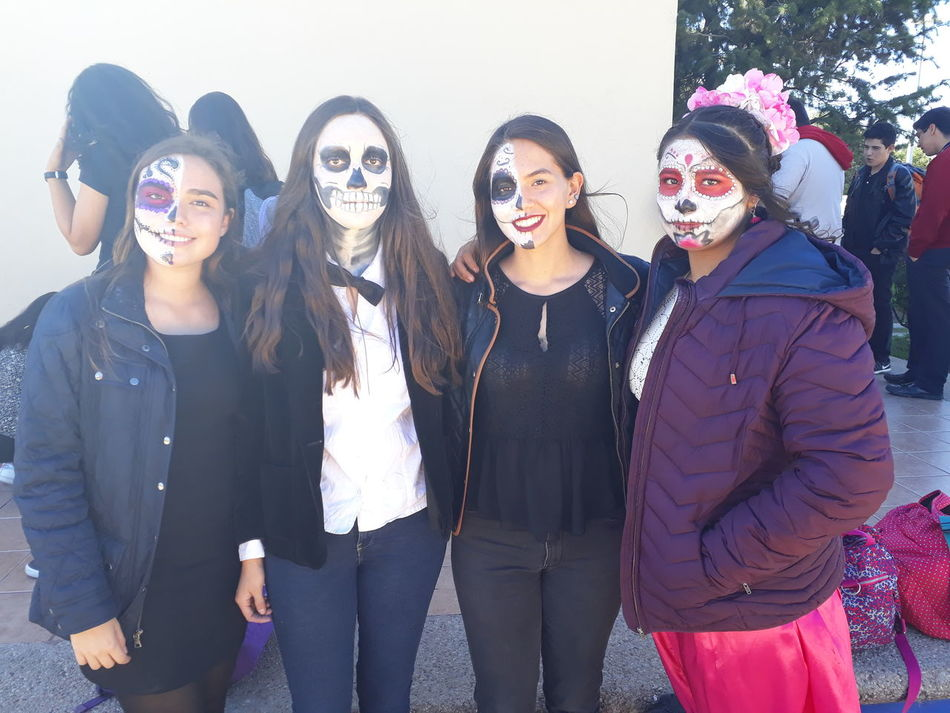 Día de muertos/ day of the dead💀 Friendship Smiling Mexico Day Of The Dead Skull Young Women Tradition Happiness