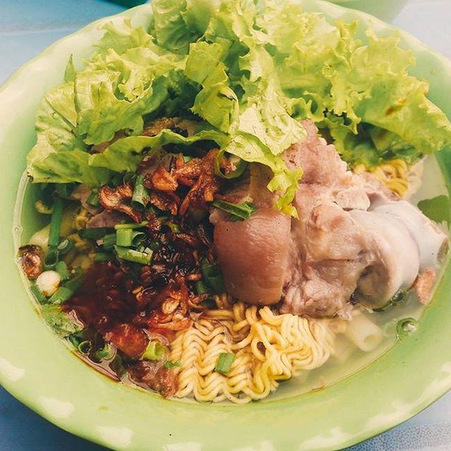 Làm người Sài Gòn thì ít nhất hãy 1 lần ăn hủ tiếu , mì gõ lề đường . Hoặc là những đêm mưa rả rít đói ... làm biếng xách xe chạy đi mua đồ ăn mà nghe được tiếng lách cách mời hủ tiếu gõ thì ... great ! Hutieu Mìgói Saigonese Foodporn Vietnamsesfood Streetfood