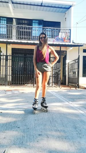 """Nos vamos en patines a la luna, porque a marte está complicado."" Patinaje Libre Marte Luna One Person Full Length Only Women Casual Clothing One Woman Only Young Women Lifestyles Day Real People Beautiful Woman Women Young Adult Fashion Leisure Activity People"