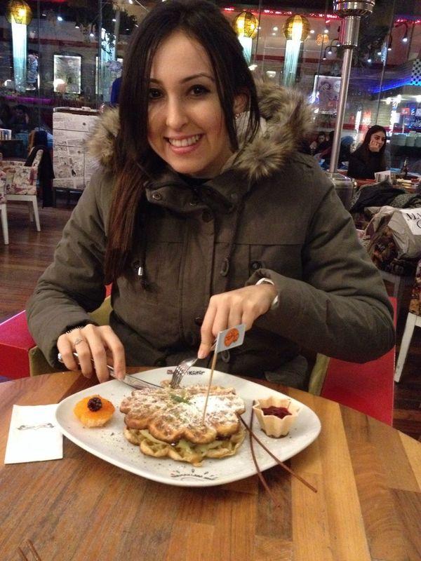 Eating Waffle Izmir Tatlı  Kış